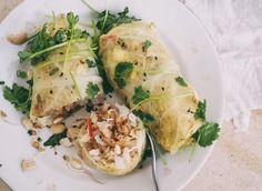 Kaalit alkavat ollaparhaassa sesongissa ja innostuinkin tekemään meille ruoaksi Pad Thain kaalinlehtiin kääräistynä. Pad Thai, eli paistettu nuudeli, on yksi Thaimaan kuuluisimmista katuruoka-annoksista ja siihen tulee yleensä litteiden riisinuudelien, kaalin ja munan lisäksi tofua ja katkarapua, kanaa tai possua. Valmistin kaalikääryleiden täytteeksi tulleen Pad Thain Bangkokin ruokamatkalla käymämme kokkikoulun vetäjän ohjeella. Pyöräytin sen vain lopuksi savoijinkaaliin, laitoin…
