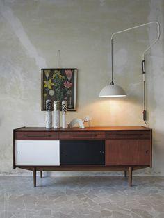 Interior design - Danish sideboard - Italian wall lamp - Gambone ceramic - Rosenthal ceramics - www.capperidicasa.com