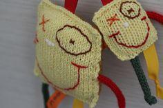 Clovis et mini Clovis. couple de doudous tricotés et brodés à la main! www.facebook.com/doedoe.fr