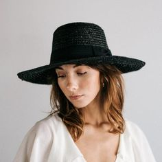This natural brim boater has incredible personality and one size fits most women. The classic shape short brim hat will make you feel fantastic. Short Brim Hat, Flat Brim Hat, Wide Brim Sun Hat, Trilby Hat, Boater Hat, Lazy Day Hairstyles, Hipster Hat, Pork Pie Hat, Black Curls