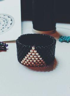 Schwarz und Gold-Dreieck Peyote Ring von SuteWorld auf Etsy