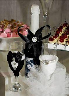 2 Taças de vidro personalizada para o brinde dos noivos, uma caracterizando a noiva e a outra o noivo, não acompanha o champanhe.