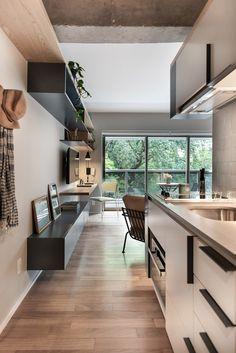 Apartamento pequeno com prohjeto que prioriza a circulação. Confira no link esta e mais imagens! (Foto: Escanhuela Photo/Divulgação) #apartamento #apartment #decor #decoração #decoration #kitchen #cozinha #casavogue