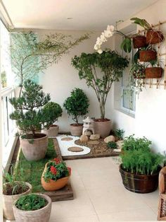 A small balcony garden that looks like a pocket garden. - A small balcony garden that looks like a pocket garden. Apartment Balko … Source by luannetepper -