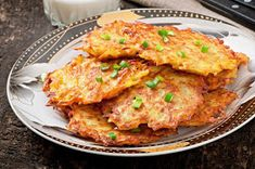Golden, crispy fried German potato pancakes are a real treat and something Germans miss when they move away. Eating freshly made potato pancakes with apples Top Recipes, Potato Recipes, Cooking Recipes, Batata Potato, German Potato Pancakes, Traditional German Food, German Potatoes, Celerie Rave, Fried Potatoes