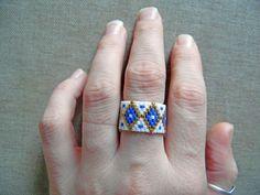 Bague tissée en perles Miyuki. Bague ethnique Blanc, bleu et doré. Tissage peyote amérindienne huichol. Taille 50-51 : Bague par m-comme-maryna