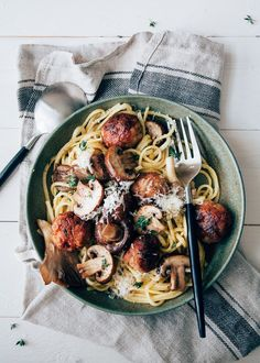 creamy mushroom pasta with chicken meatballs Creamy Mushroom Pasta, I Want Food, Food Porn, Tapas, Good Food, Yummy Food, Comfort Food, How To Cook Pasta, Food For Thought