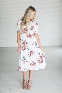 The super popular Chloe floral now comes in this cute dress! Fabric Content: 85% Polyester, 10% Rayon, 5% Spandex See Halle's sizing HERE, she is wearing size Small See Margie's sizing HERE, she is we