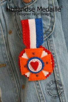The instructions for this felt medal are in Dutch but there is a pattern.