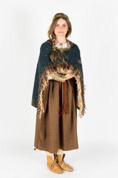Sēļu sieviešu svētku tērpi un rotas līdzinājās latgaļu lietotajiem tērpiem. Arī sēļu sieviešu villaines bija bagātīgi rotātas ar ieaustiem bronzas rotājumiem, kas nereti noklāja audumu visā garumā. Kopā ar rotāto villaini dažkārt sedza arī vienkāršākas nekrāsotas vilnas auduma plecu segas ar krāsainu celaiņu apdari. Villaiņu saspraušanai bez saktām izmantoja arī rotadatas. No citām rotām iecienītākās bija kreļļu virtenes, vītie vai ar piekariņiem r...
