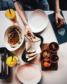 Good food needs good company Good company needs good food . . . #telaviv #hummus #hummuslove #hummuslover #falafel #pickles #bakłażan…