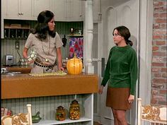 """Mary Richards' Apartment on """"The Mary Tyler Moore Show"""" (I always loved the cute pumpkin jar on the counter. Who says pumpkins are only for autumn? Mary Tyler Moore Show, 70s Tv Shows, New Grandma, Famous Movies, Cute Pumpkin, Single Women, Single Girls, Single Life, Old Tv"""