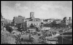 Η πλατεία Δημαρχείου Πειραιώς με το θρυλικό <<ΡολόΪ>> και το τραμ της Παραλίας. (Αρχείο Π. Καραμάνη) Old Photos, Vintage Photos, Paris Skyline, New York Skyline, Old Greek, Old Trains, Old Town, Athens, Greece