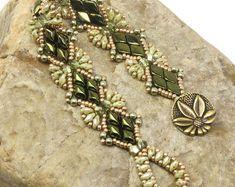 Olivine and Metallic Green Superduo and Gemduo Solitaire Beaded Bracelet-Boho Bracelet-Olivine Beaded Bracelet-Gemduo by CinfulBeadCreations on Etsy Bracelet Patterns, Beading Patterns, Beaded Earrings, Beaded Jewelry, Leather Jewelry, Seed Bead Bracelets, Seed Beads, Wrap Bracelets, Beading Supplies
