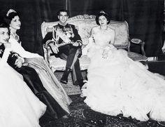 Fue una boda de las mil y una noches: Soraya Esfandiary se casó en 1951 con el Sha de Persia. Llevaba un vestido de escote palabra de honor en lamé plateado, bordado de perlas y cuajado de plumas de marabú. Una creación personal de Christian Dior.