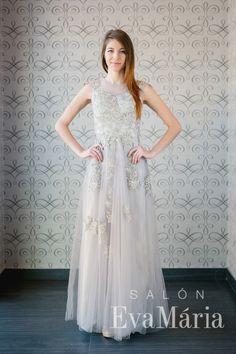 Sivé tylové šaty na ples zdobené čipkou Salons, Formal Dresses, Fashion, Tea Length Formal Dresses, Moda, Lounges, Living Rooms, Formal Gowns, Fashion Styles