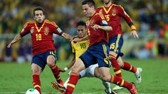RIO DE JANEIRO, BRAZIL - JUNE 30: Neymar of Brazil is challenged by Jordi Alba (L) and Cesar Azpilicueta (R) of Spain during the FIFA Confederations Cup Brazil 2013 Final match between Brazil and Spain at Maracana on June 30, 2013 in Rio de Janeiro, Brazil. (Photo by Jasper Juinen/Getty Images)