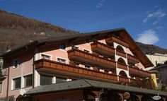 Residence San Giovanni Sas Vezza d'Oglio Offering a garden, Residence San Giovanni Sas is situated in Vezza d'Oglio. Livigno is 39 km from the property. Free private parking is available on site.  The accommodation comes with a flat-screen TV with cable channels.