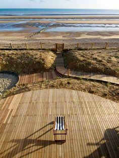 For sandy yards that will not grow grass, a multilevel modern terrace area // Modern beach house in East Sussex