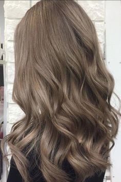 bruin haar Mushroom Brown Hair Is TrendingAnd Its Much Prettier Than It Sounds Blended Ash Bronde Ash Brown Hair Color, Brown Blonde Hair, Light Ash Brown Hair, Cool Brown Hair, Light Brown Hair Colors, Brown Hair Shades, Carmel Brown Hair, Medium Ash Brown Hair, Asian Ash Brown Hair