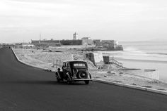 Portugal 1944 Carcavelos, Avenida Marginal acabada de asfaltar. Old Pictures, Old Photos, History Of Portugal, Places In Portugal, Foto Real, Old City, Portuguese, Surfing, Black And White