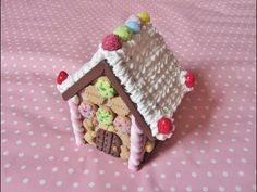 How to: Miniature gingerbread house - Video. Sculpey Clay, Polymer Clay Charms, Polymer Clay Projects, Clay Crafts, Polymer Clay Christmas, Miniature Christmas, Christmas Crafts, Miniature Food, Polymer Clay Miniatures