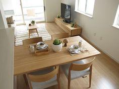 ブラックチェリー色の床材にタモ・ナラ無垢材を使用した家具を中心にナチュラルコーディネートした実例 の画像 家具なび ~きっと家具から始まる家づくり~
