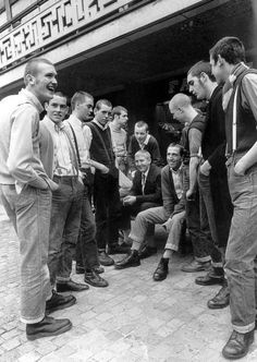 Arsenal skinheads - this photo states online that they are Coventry bootboys, but these chaps are Arsenal Chica Skinhead, Skinhead Girl, Skinhead Fashion, Skinhead Style, Skinhead Reggae, Mens Fashion, Dr. Martens, Estilo Punk Rock, Skinhead Boots