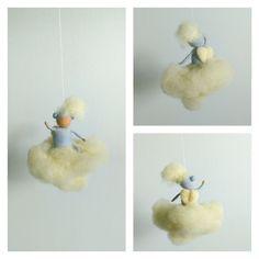 Luba. Ángel de la guarda saludando desde una nube. Móvil infantil artesanal. de MariQuetevi en Etsy