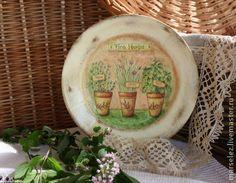 Тарелка `Ароматные травки`. Декоративная настенная тарелочка из фаянса выполнена в технике декупаж,искусственно состарена.Стильный,интересный предмет интерьера, оригинальный подарок.