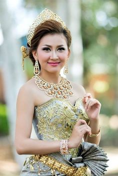 Khmer Wedding, Traditional Wedding Dresses, Wedding Costumes, Balinese, Beautiful Asian Girls, Cambodia, Dancers, Asian Beauty, Fashion Dresses