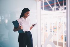 Young Afro businesswoman - Young Afro American businesswoman using smartphone in office Real Estate Photography Pricing, Photography Tips, Photography Equipment, Real Estate Information, Real Estate Tips, Real Estate Contract, Human Centered Design, Investment Firms, Perfect Image