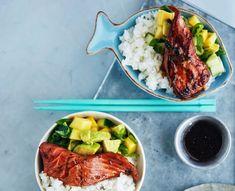 Herkullinen lohi-riisikulho yhdistää sushin ja salaatin.