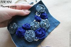 rosas de jeans Beaded Jewelry, Handmade Jewelry, Rose Jeans, Crochet Handbags, Baby Hats, Textile Art, Fabric Crafts, Costume Jewelry, Diy And Crafts