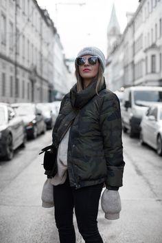 Sandra Ebert von black palms trägt Camouflage Bomberjacke, Chanel Velvet Bag Acne Mütze Streetstyle Oversize Layering