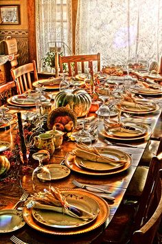 Thanksgiving table setting - love the Indian Corn in the napkins! Fall Table Settings, Thanksgiving Table Settings, Beautiful Table Settings, Thanksgiving Tablescapes, Holiday Tables, Thanksgiving Decorations, Family Thanksgiving, Vintage Thanksgiving, Christmas Tables