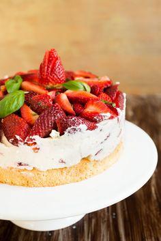 Einfache Erdbeer-Basilikum Torte (Gateau fraises basilic tout simple) backen geschenk rezepte nachspeisen torten vesper Französisch Kochen by Aurélie Bastian