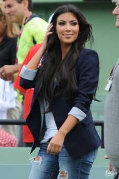 Kim Kardashian outfit: ripped jeans and a nice blazer. Estilo Kardashian, Kardashian Style, Look Fashion, Fashion Beauty, Autumn Fashion, Fashion Idol, Lolita Fashion, Mode Style, Style Me
