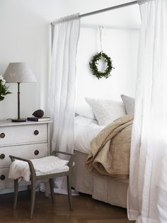 one way using curtain on bed