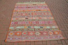 Kilim werd geboren in de Anatolië. 5 x 7 pastel roze kilim deken is meestal 50-70 jaar oud, hand geweven en vintage. Elk van kilim heeft een unieke motief ook elk motief heeft een unieke betekenis. Motieven op de kilims zijn als de taal.  Als u uw huis het verschil maken wilt, zijn er unieke kilim tapijten voor uw huis, hier.    D E T A I L S  > 65 x 87 / 166 x 220 cm apporx.  > Deze kilim deken gemaakt met wol.    P EEN Y M E N T  PayPal is niet actief in Turkije. Daarom acceptere...