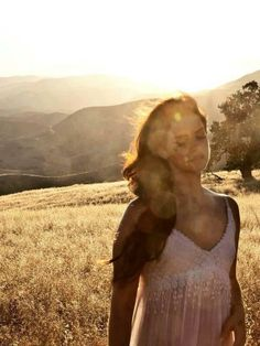 """#lanadelrey. Voici une poeme ecrit par #BetteKayleyJones sur """"poem hunter"""":  The #sunset glistens upon the land, with people standing hand in hand, the beauty that it brings to them, the magic that it sings to them."""