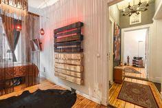 Flurtraum mit Holzdielenboden sowie eine Palettenvorrichtung mit indirektem Licht. Wohnung in Berlin. #Berlin #corridor #hallway #goals