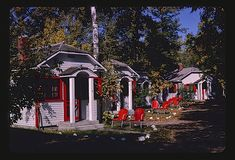 Fairyland Cottages, West Lake Lane, Detroit Lakes, Minnesota, 1980, by John Margolies,via John Margolies Roadside America archive, Library of Congress Prints and Photographs Division Commons on fl…