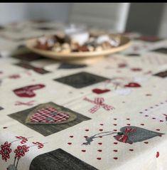 Ezek a textíliák látszólag ugyanolyanok, mint a hagyományos terítők, ám a készítésük utolsó fázisában egy teflonos bevonatot kapnak. Ennek köszönhetik folyadék és szennytaszító hatásukat. Akár a frissen kiöntött kávét, vörösbort is fel lehet itatni róla nedves törlőkendővel, anélkül, hogy az foltot hagyna maga után.  A teflonos bevonatnak köszönhetően kényelmesen használható a mindennapokban Playing Cards, Playing Card Games, Game Cards, Playing Card