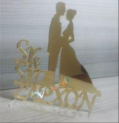 Topo de bolo dourado espelhado, Sr e Sra com silhueta e sobrenome do casal. Fazemos também na cor prateado espelhado.