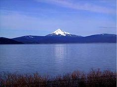 I used to drive by here every day. Thats Mt. Mclaughlin and Upper Klamath Lake, Oregon. Klamath Falls, Silverton Oregon, Oregon Lakes, Places Ive Been, Places To Go, Columbia River Gorge, Oregon Travel, Summer Garden