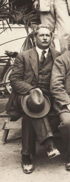 """Ettore Baldi, qui in una foto del 1935 (Flora-Paoli p.122), fu insegnante presso la R.Scuola di Belle Arti di Pietrasanta di storia dell'arte e cultura generale dal 1908 alla metà degli anni '30. Nel 1925 scrisse il testo dell'inno della scuola: 'Inno all'arte""""."""