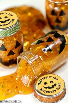 Add some spooky slimy fun to your Halloween party with these fun Halloween Slime Party Favors! Kids and adults will love this Halloween slime! Halloween Decorations For Kids, Halloween School Treats, Halloween Party Favors, Easy Halloween, Halloween Games, Halloween Activities, Halloween Stuff, Halloween Juice, Halloween Foods