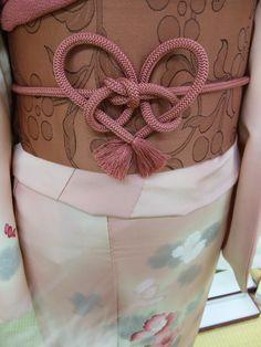 Heart-shaped obijime, by yukirikohu. Yukata Kimono, Kimono Dress, Japanese Outfits, Japanese Fashion, Japanese Clothing, Geisha, Traditional Japanese Kimono, Japanese Style, Modern Kimono