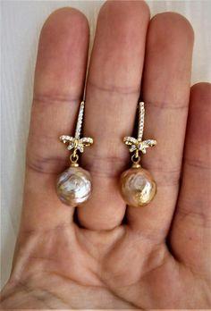 Dainty muave fireball pearl drop earrings от lampworkandpearls